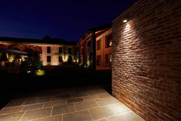 Kleo 1.0, 2700K, 10W, 16°, cor-ten. Cascina Ranverso, Buttigliera Alta, Turín, Italia. Light planning by Susanna Antico Lighting Design Studio