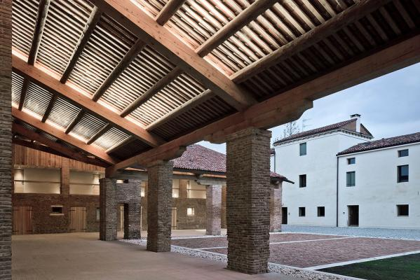 Neva Mini 2, 3000K, 11°, 5.5W, with brackets. Corte Bertesina, Vicenza, Italy. Project and light planning by traverso-vighy architetti