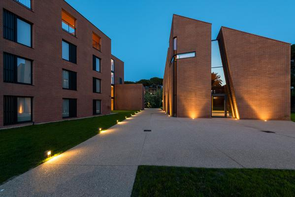 Bright 5.F, 3000K, 19W, 67°x11° / Linear 2.1, 3000K, 8,5W, 250 mm / Bright 1.6, 3000K, 2W, 10°. Campus John Felice, Loyola University, Rome Italie. Project by arch. Ignazio Lo Manto, light planning by Gianni Celleno (Elettroged), photo by Moreno Maggi